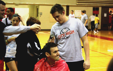 BACON'S HEAD IS SHAVED IN HONOR OF BOYS BASKETBALL VICTORY – VIDEO