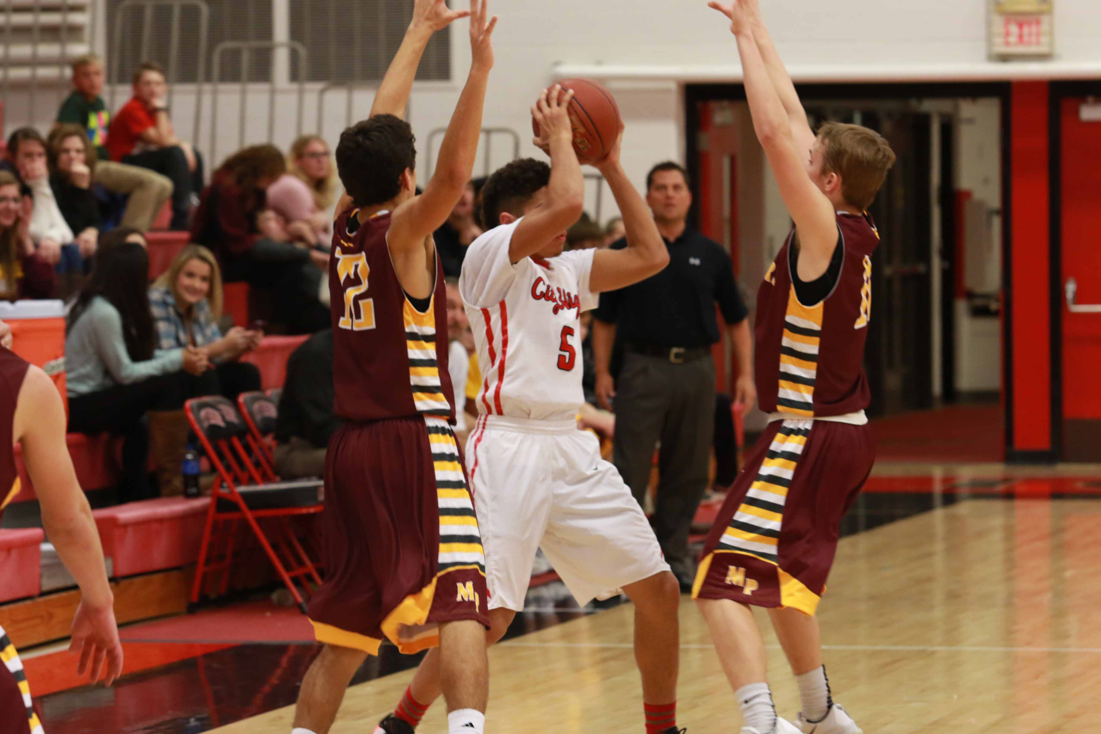 Naeem+Smith+%2717+searches+for+an+open+teammate+while+being+guarded+by+Mount+Pleasant%27s+Jordan+Magnani+%2718+%2820%29+and+Brady+Sartorius+%2718.