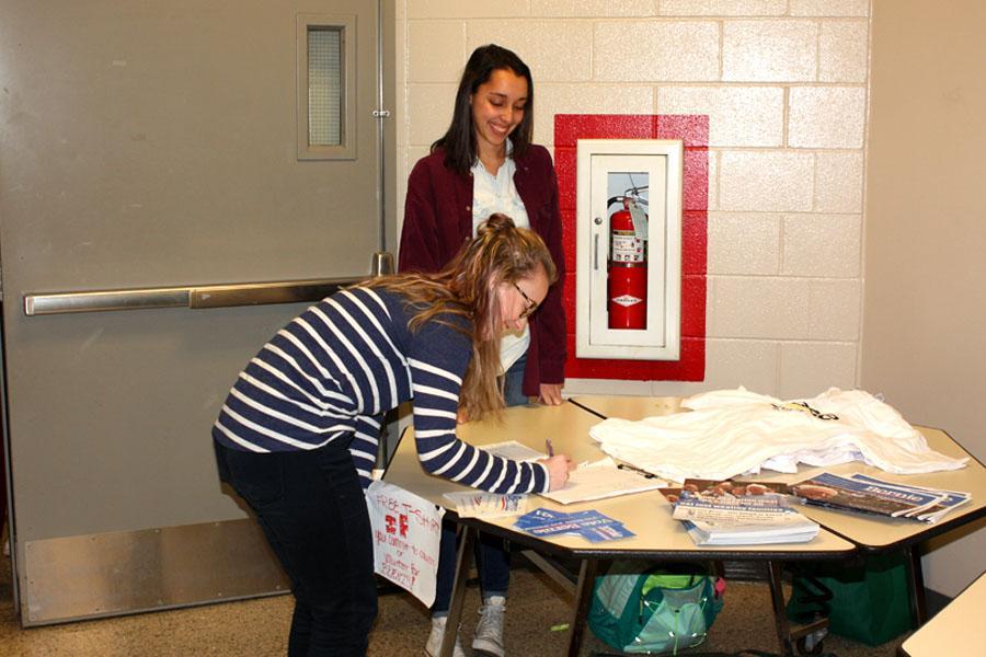 Ailsa Burke '17 signs up to volunteer for Senator Sanders' campaign.