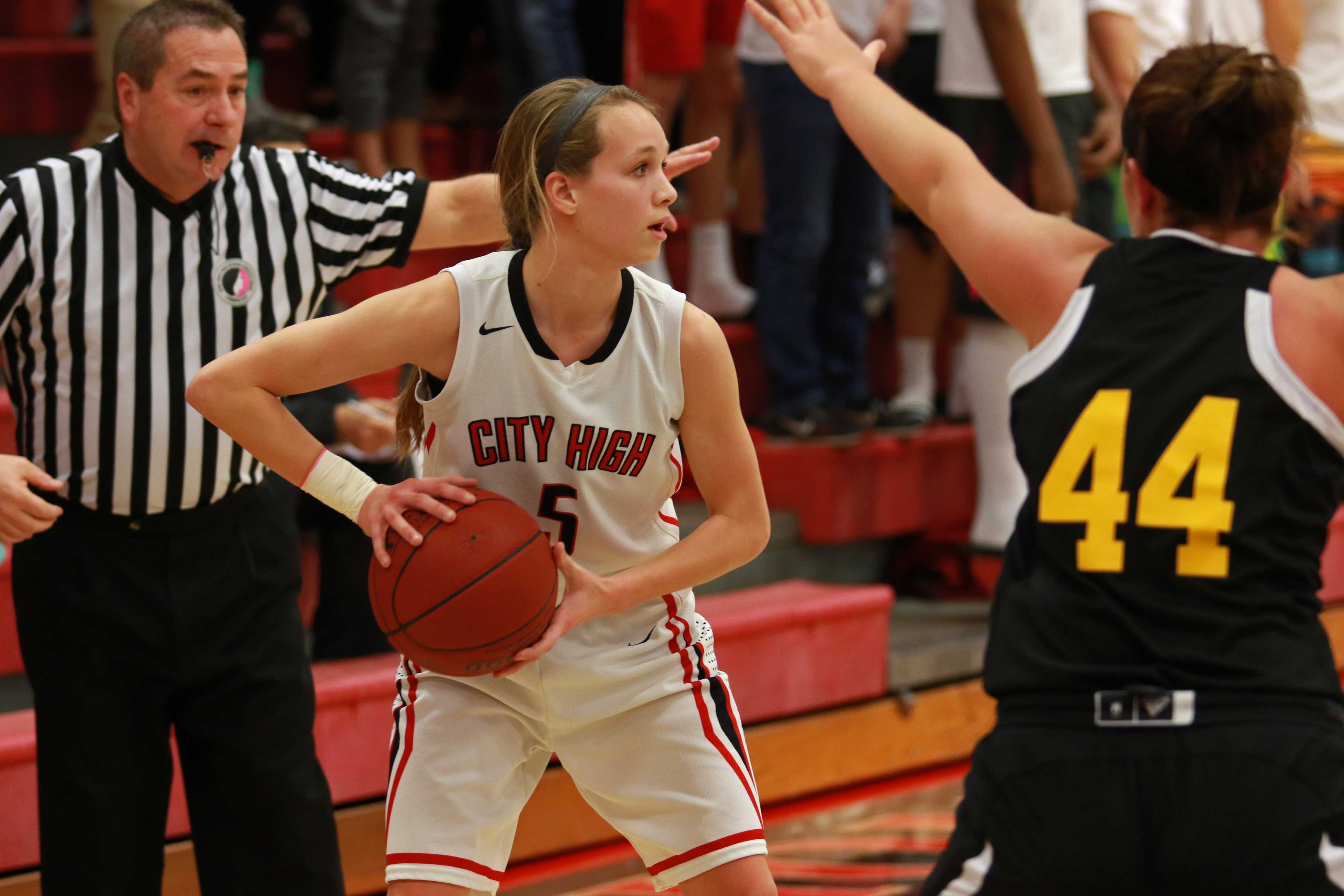 Sydney+Schroder+%2717+looks+to+a+teammate+to+pass+to+in+the+first+half+against+Southeast+Polk.