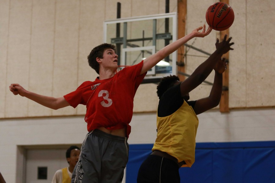 H1aNd1's Jim Geerdes '17 attempts to keep the ball in play.