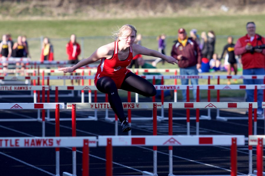 Kate+Swenning+%2719+races+in+the+shuttle+hurdle+relay.+