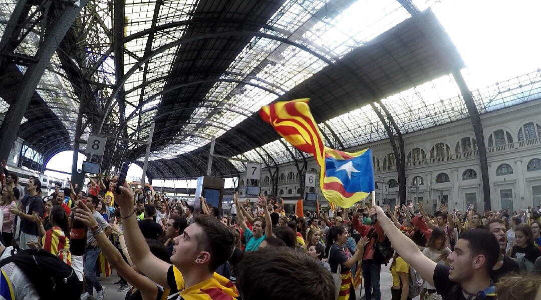 Catalan+protestors+in+a+train+station+taking+action+after+the+referendum+day.