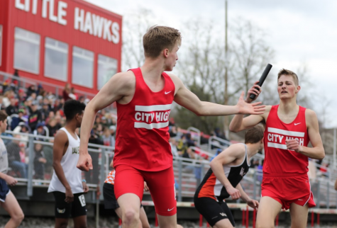 Owen Jones hands off to Ry Threlkeld-Wiegand in the 4x800 relay.