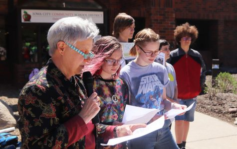 Students Yardley Whaylen '20 and Esti Brady '20 read a poem with Iowa Poet Laureate Mary Swander