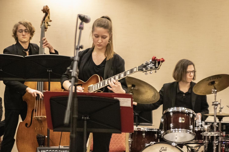 Ana+Koch+%2720+soloing+on+guitar