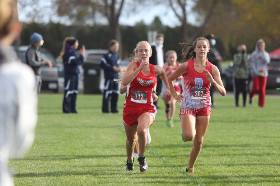 Sophomore+Iris+Wedemeyer+battles+down+the+last+100+to+the+finish+line+with+a+Dubuque+Senior+competitor+in+the+girls+varsity+race.