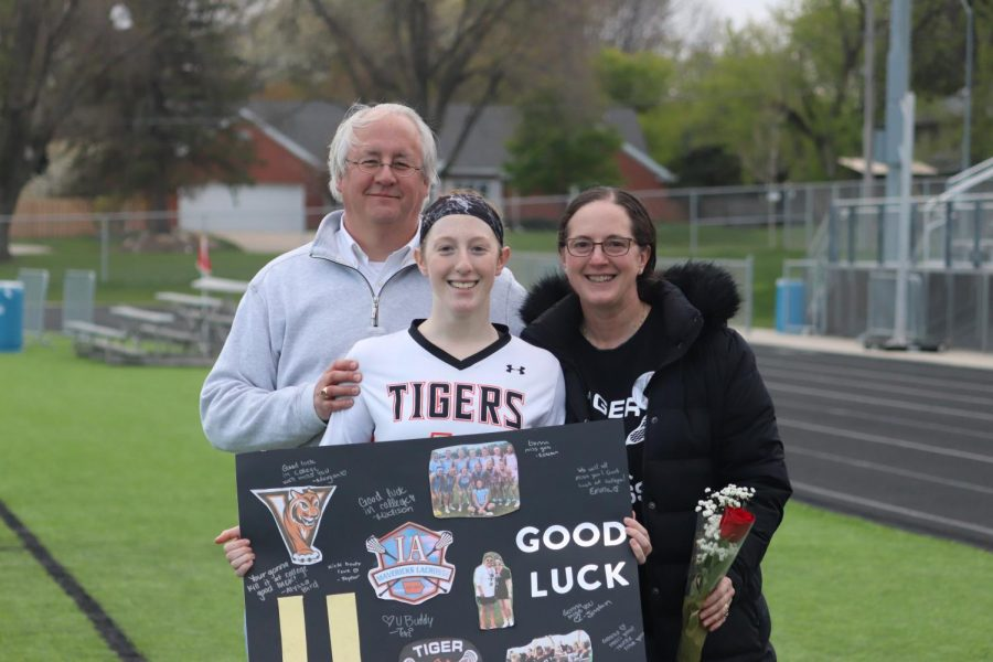 Kate Kueter '21 poses with her parents on her senior night.